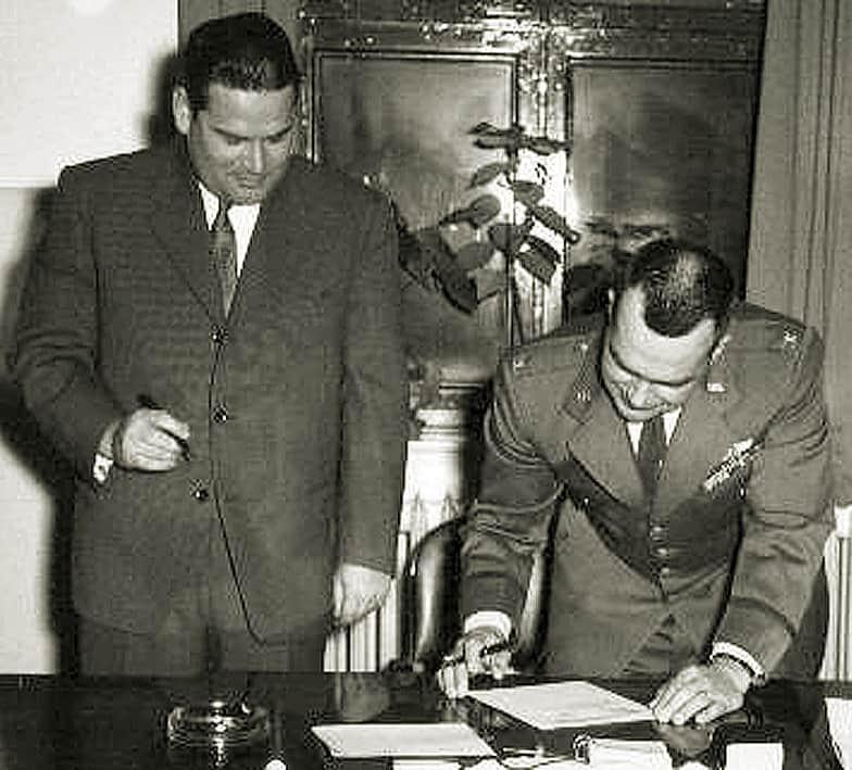 Unterzeichnung der Übergabeprotokolle an die Bundeswehr